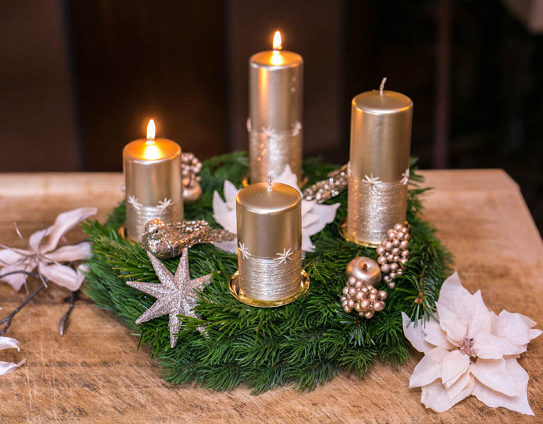 Adventskranz Goldener Advent. Tannenkranz mit dezenter goldener Verzierung