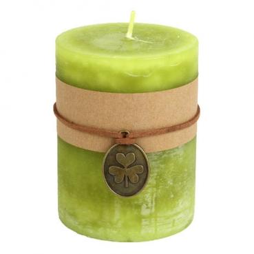 Stumpenkerze mit Banderole, Kleeanhänger, in Hellgrün, durchgefärbt