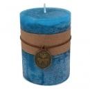 Stumpenkerze mit Banderole, Kleeanhänger, in Blau, durchgefärbt
