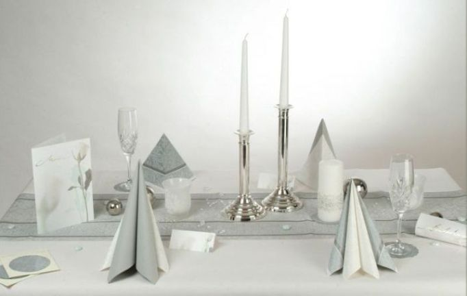 Eine tischdeko zum 40 geburtstag in der farbe silber for Tischdeko silber