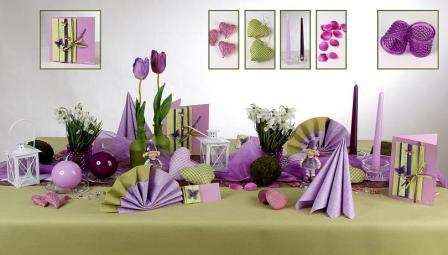 Die Tischdekoration Zu Ostern In Der Farbkonstellation Flieder Und