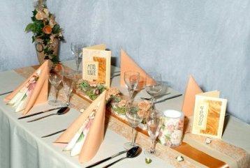 Eine Apricotfarbene Tischdekoration Zum Jubilaum Tafeldeko