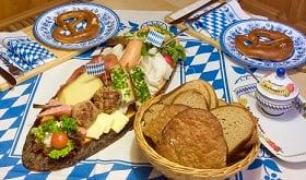 Bayrische tischdeko mit original bayrischer brotzeit selbst gemacht tafeldeko - Bayrische tischdeko ...