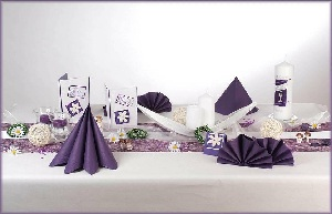 tischdekoration zur kommunion in der trendfarbe lila. Black Bedroom Furniture Sets. Home Design Ideas
