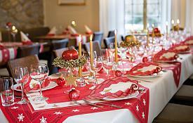 weihnachtsfeier im verein mit tollen ideen einer stimmungsvollen tischdekoration tafeldeko. Black Bedroom Furniture Sets. Home Design Ideas